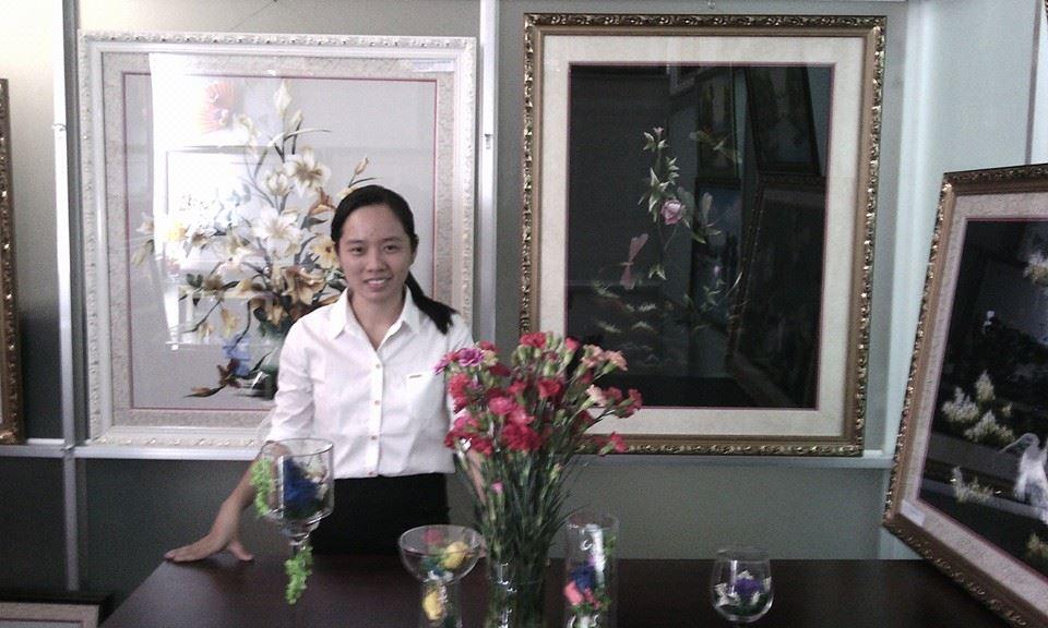 Ms Như Ý - Chủ sáng lập www.TranhTheuTayHue.com tại Showroom