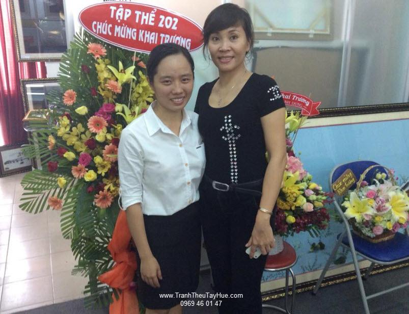 Chủ Showroom tranh thêu tay Huế chụp hình kỷ niệm cùng họa sỹ Mimosa Hồng Hải