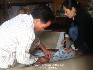 Tranh thêu tay Huế dặn dò thợ đóng khung