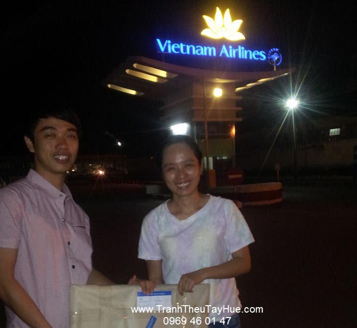 Tranh thêu tay Huế nhận tranh trong đêm khuya để kịp giao đến khách hàng