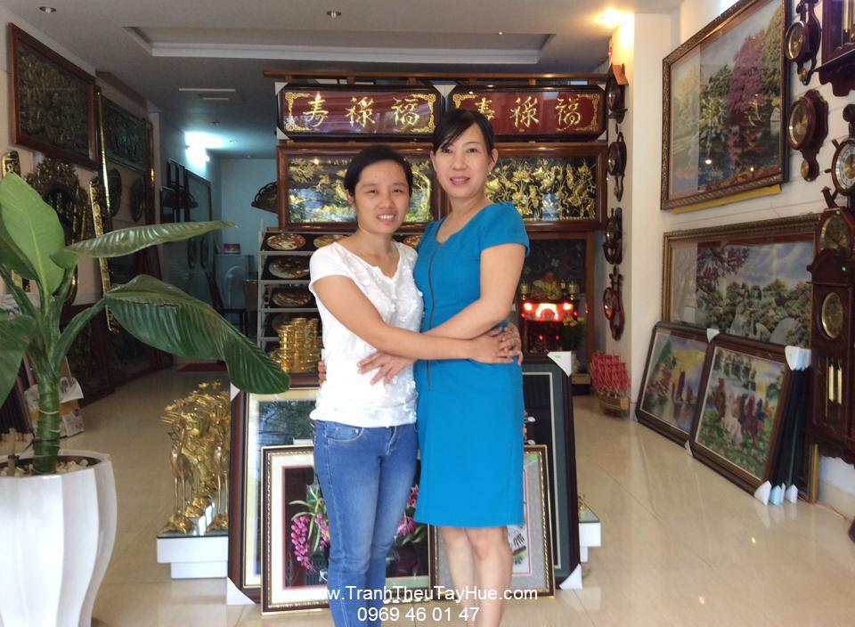 Tranh thêu tay Huế chụp hình kỷ niệm cùng đại lý miền Trung