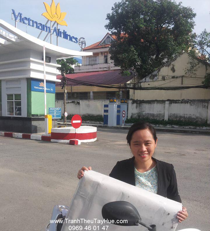 Tranh thêu tay Huế nhận hàng sáng sớm tại sân bay
