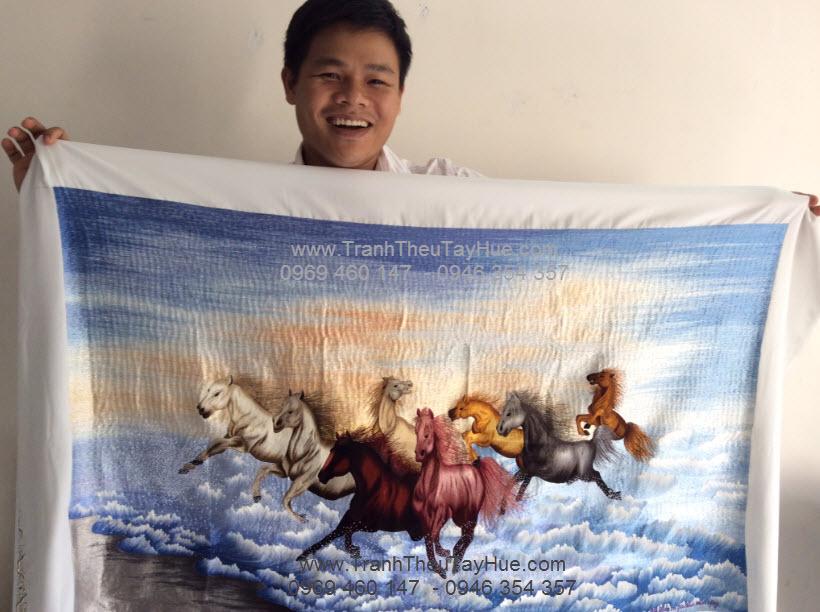 Tranh đã thêu ngựa phi trên nước đã hoàn thành chuẩn bị gửi đi