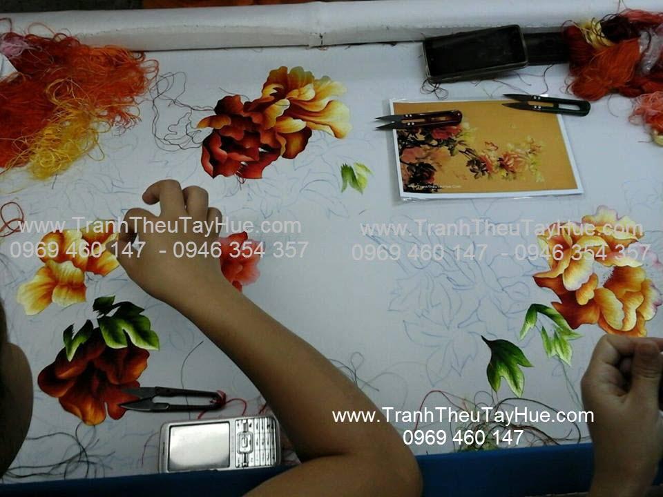 Quá trình thêu truyền thống hoa mẫu đơn theo yêu cầu chị Dung