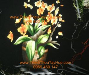 Tranh thêu hoa lan đang dần được hoàn thành