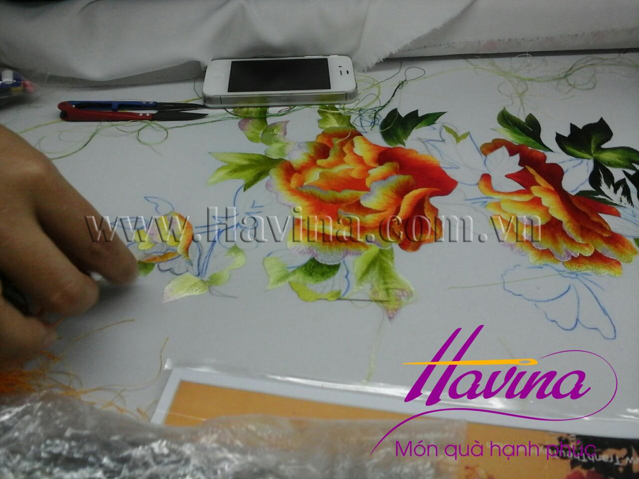 Nghệ nhân tranh thêu tay Huế thêu tác phẩm tranh thêu hoa mẫu đơn.