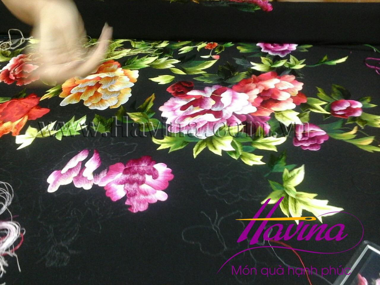 Nghệ nhân tranh thêu tay Huế đang hoàn thành tác phẩm tranh thêu hoa mẫu đơn