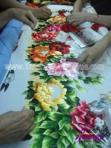 Tranh thêu hoa mẫu đơn 9 bông được treo tại nhà chị Yến