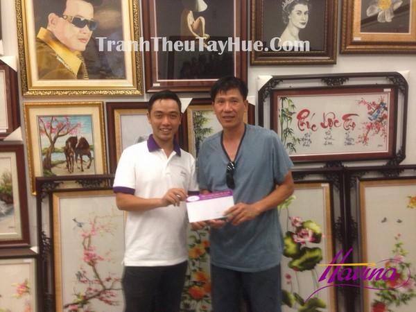 Anh Quang ký hợp đồng với đại diện công ty