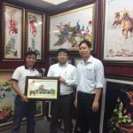 Đại diện công ty cổ phần ACECOOK Việt Nam rất hài lòng với bức tranh thêu chợ Bến Thành của tranh thêu tay Huế
