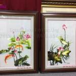 Trao tận tay chị Vân Anh hai bức tranh thêu hoa sen