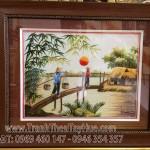 Chị Tuyết rất hài lòng với bức tranh thêu phong cảnh làng quê ms 389