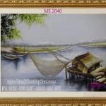 Chị Hương chọn tranh thêu phong cảnh làng quê của tranh thêu tay Huế để làm quà tặng bạn