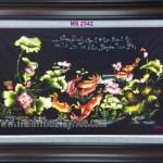 Chị Thư đặt bức tranh thêu cá chép hoa sen làm quà tặng người thân