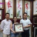 Chị Trang (ở quận Gò Vấp, TPHCM) chọn tranh thêu cành đào Hồ Gươm làm quà tặng đám cưới bạn thân