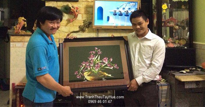 Khách hàng anh Thi nhận tranh thêu tay hoa lan
