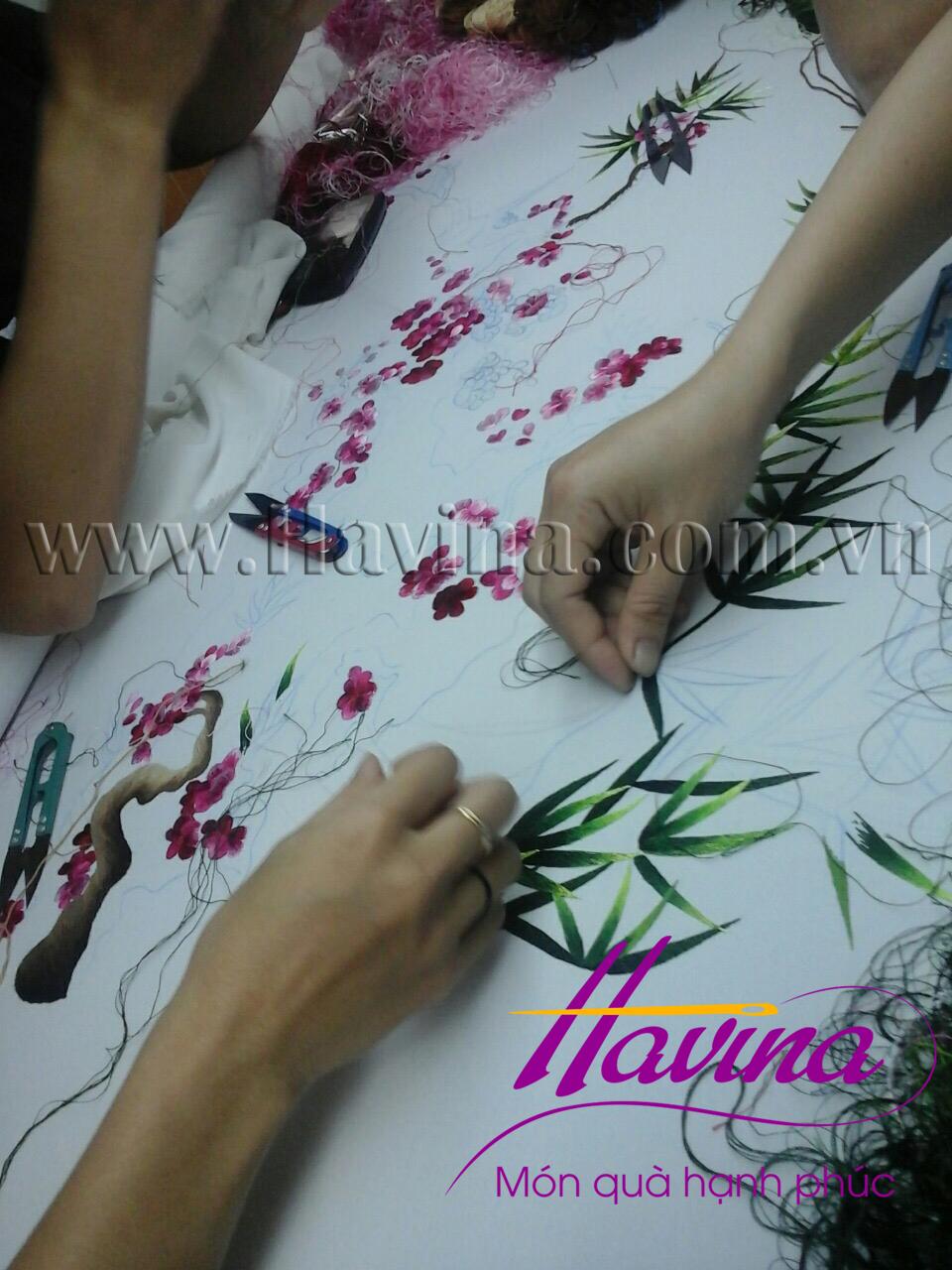 Nghệ nhân tranh thêu tay Huế thêu tác phẩm tranh thêu hoa đào