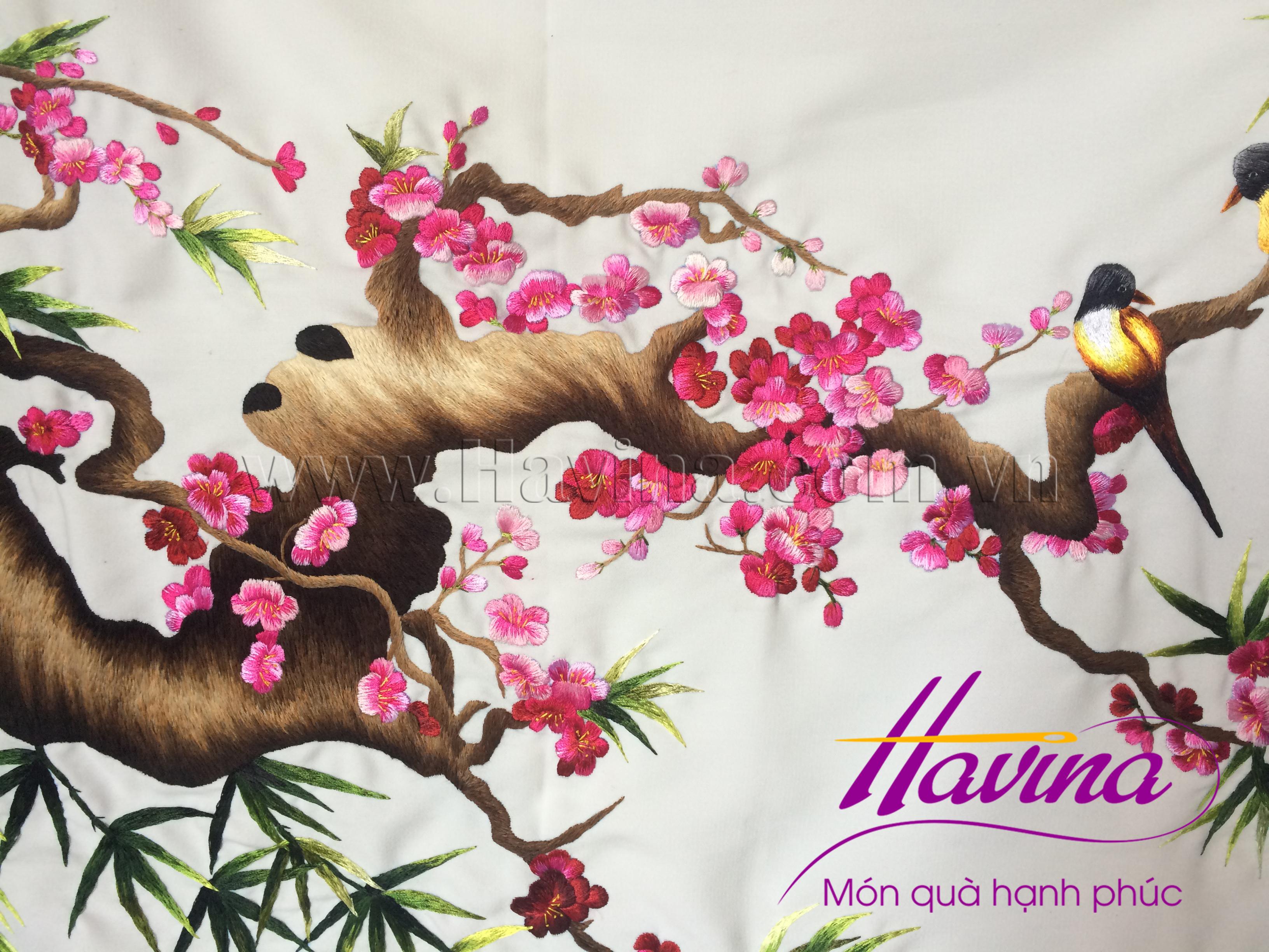 Nghệ nhân tranh thêu tay Huế thêu bức tranh thêu hoa đào