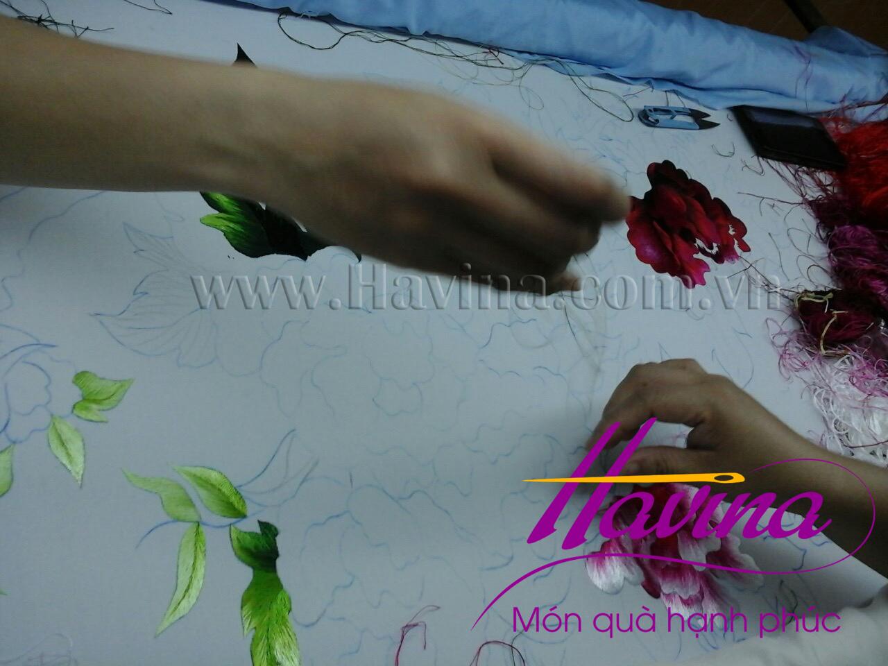 Nghệ nhân tranh thêu tay Huế thêu bức tranh thêu hoa mẫu đơn