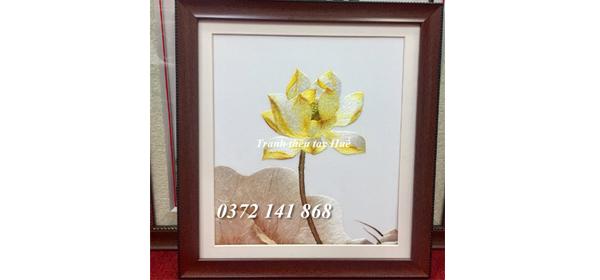 Tranh thêu hoa sen vàng tác phẩm được anh Hùng chọn làm quà tặng tri ân khách hàng mua xe Ô TÔ